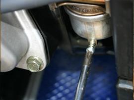 ポンプだけでは抜き取れない残ったガソリンの抜き方