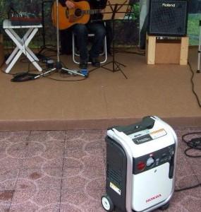 路上ライブの電源確保には、電圧が安定するインバーター発電機を!
